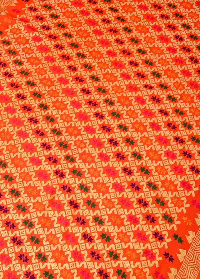 〔185cm*110cm〕インドネシア伝統のコットンバティック - 橙色・伝統模様 2 - 鳥などの動物と植物を組み合わせたスメン模様や、刀剣を意味する王宮模様のパラン・ルサック、インドから影響を受けた更紗模様など、インドネシアの歴史を感じることのできるデザインになっております。