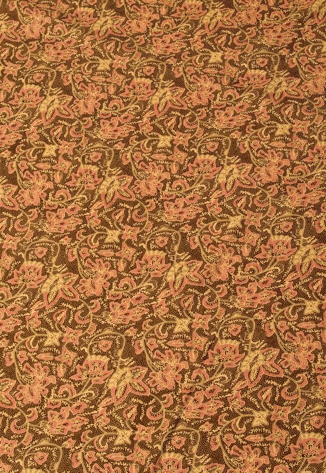 〔190cm*120cm〕インドネシア伝統のコットンバティック - 茶色・花更紗(花がピンク) 2 - 鳥などの動物と植物を組み合わせたスメン模様や、刀剣を意味する王宮模様のパラン・ルサック、インドから影響を受けた更紗模様など、インドネシアの歴史を感じることのできるデザインになっております。