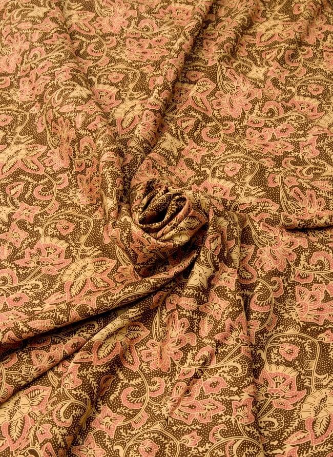 〔190cm*120cm〕インドネシア伝統のコットンバティック - 茶色・花更紗(花がピンク) 4 - 布をクシュクシュっとしてみました
