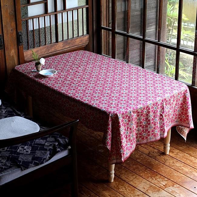 〔190cm*120cm〕インドネシア伝統のコットンバティック - 茶色・花更紗(花がピンク)の写真6 - もちろん長いところだけではなく折りたたんだり裁断すれば、より小さい場所や四角いテーブルなどにもオススメです!