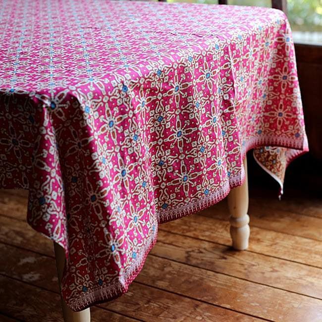 〔190cm*120cm〕インドネシア伝統のコットンバティック - 茶色・花更紗(花がピンク) 7 - 基本的にバティックの色合いや柄は明るめですが、落ち着いた和風な空間にも馴染みますよ。