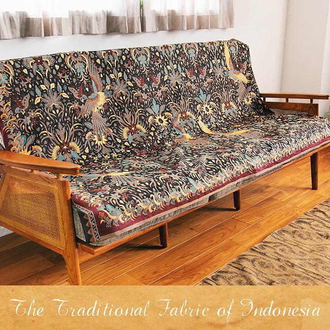 インドネシア伝統模様 ろうけつ染めデザインのコットンバティック〔203cm*107cm〕 11 - 3人掛けソファでの使用例です