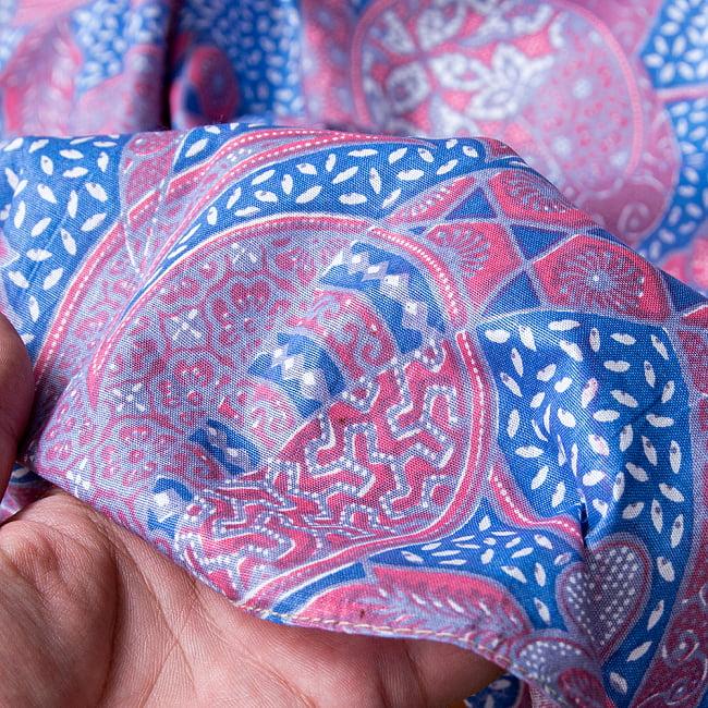インドネシア伝統模様 ろうけつ染めデザインのコットンバティック〔203cm*107cm〕 9 - 手に持ってみたところです