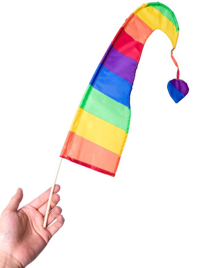 [イエローオレンジ]カラフルプリント - ウンブル・ウンブル(バリのぼり旗)【約50cm】 4 - サイズを感じていただく為、手に持ってみたところです