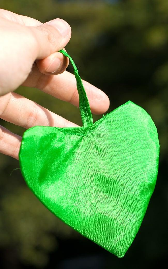 [グリーン]カラフルプリント - ウンブル・ウンブル(バリのぼり旗)【約220cm】 3 - 先端にはハートの飾りがついています