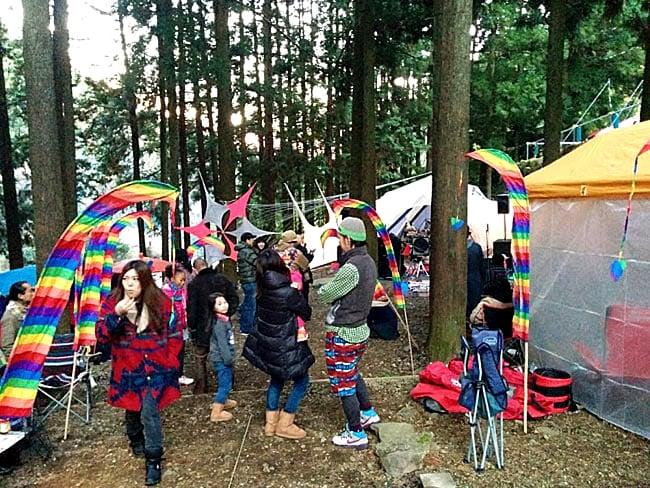 [グリーン]カラフルプリント - ウンブル・ウンブル(バリのぼり旗)【約220cm】 9 - カラフルのものを実際にイベントで使用したところです