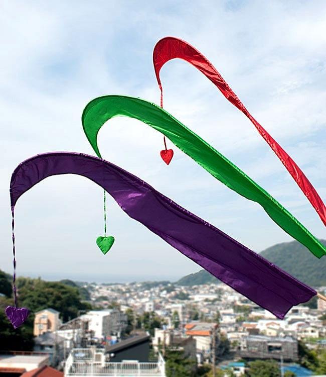 [パープル]カラフルプリント - ウンブル・ウンブル(バリのぼり旗)【約220cm】 6 - サイズ感を感じていただくため、背景と一緒に