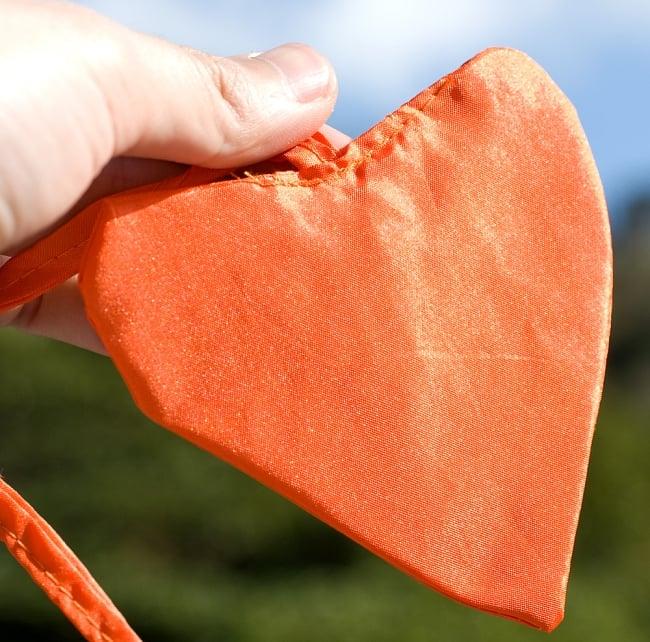 [オレンジ]カラフルプリント - ウンブル・ウンブル(バリのぼり旗)【約220cm】 3 - 先端にはハートの飾りがついています