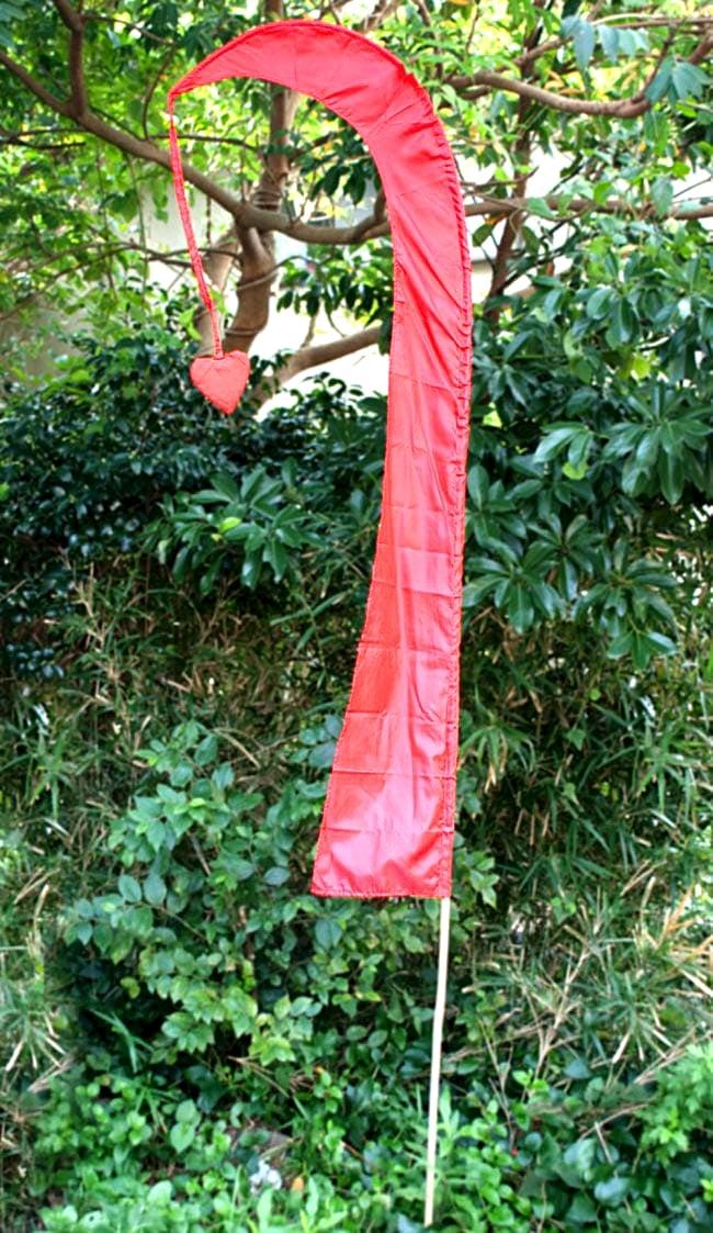 [オレンジ]カラフルプリント - ウンブル・ウンブル(バリのぼり旗)【約220cm】 7 - 赤のものを木と一緒に撮影