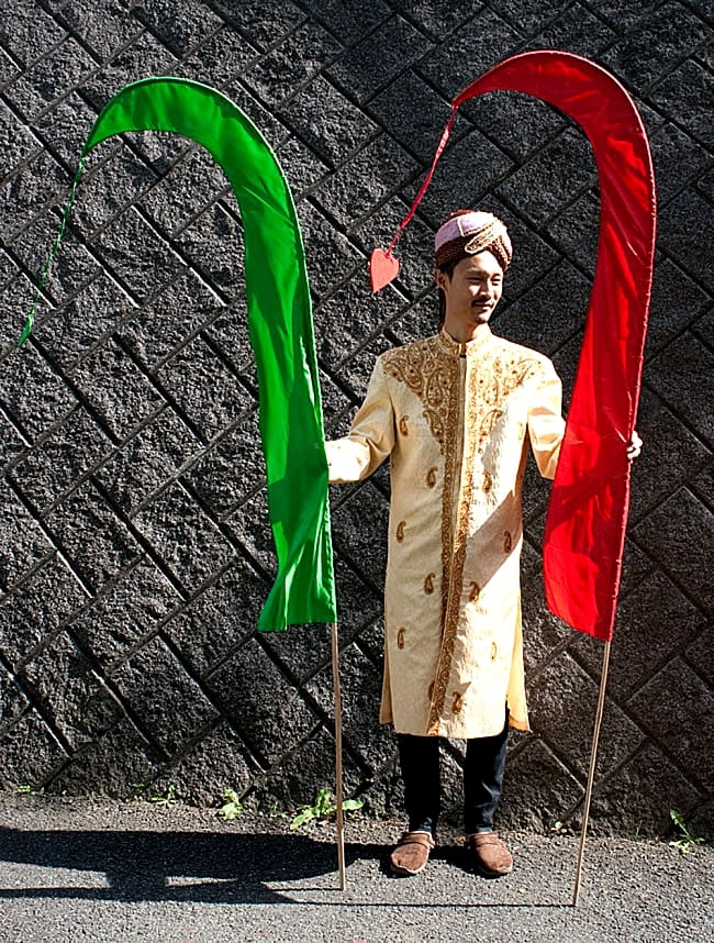 [オレンジ]カラフルプリント - ウンブル・ウンブル(バリのぼり旗)【約220cm】 8 - 身長180cmのインドパパと一緒に撮影しました