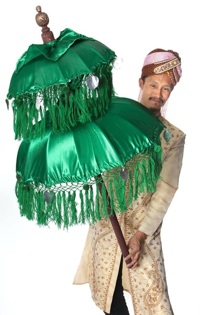バリの2段の傘(緑) - 70cmと80cmの写真5 - 色の違う傘を身長180cmのインドパパが大きさ比較のために持ってみました