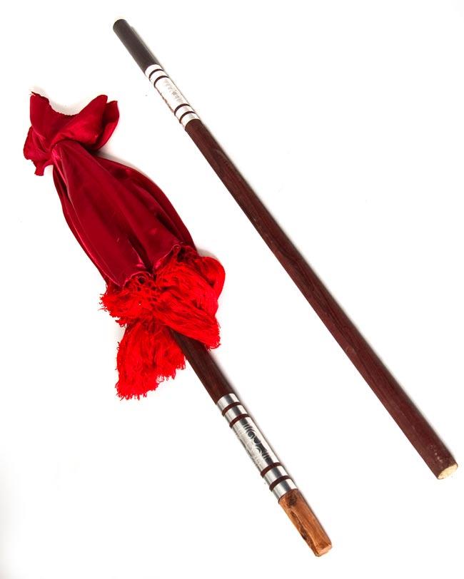 バリの傘(青) - 80cmの写真5 - 傘とエクステンション用の棒のセットです。写真の傘の色は赤ですが、お届けする商品の色は上の写真のものになります