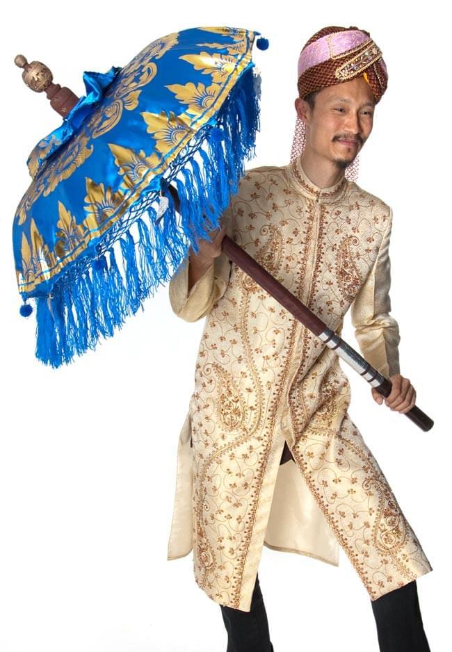 バリの傘(青) - 80cmの写真6 - 装飾付きの傘を身長180cmのインドパパが大きさ比較のために持ってみました