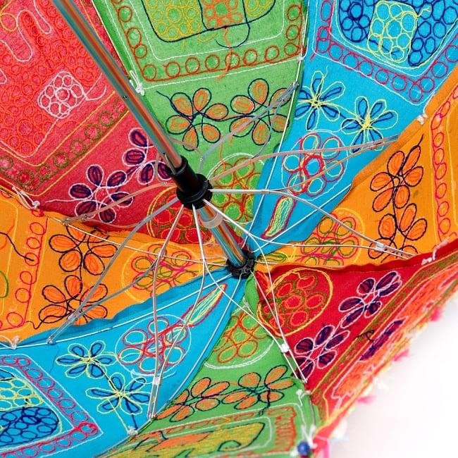 インド・ラジャスタンの刺繍傘- 直径65cm程度 花と波模様の写真10 - ハンドメイドのためカラーリングなどは1点ずつ異なります。