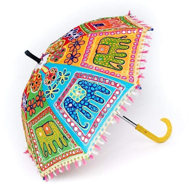 インド・ラジャスタンの刺繍傘- 直径65cm程度 花と波模様の写真4 - 刺繍のアップです。色とりどりで目を惹きます