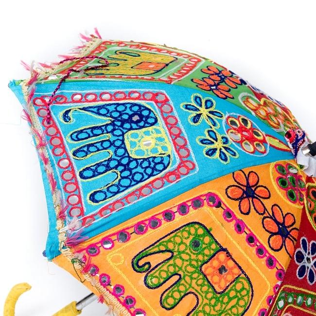 インド・ラジャスタンの刺繍傘- 直径65cm程度 花と波模様の写真7 - 内側の様子です。傘の骨も花びらのような形になっていてキュートです!