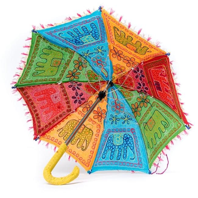 インド・ラジャスタンの刺繍傘- 直径65cm程度 花と波模様の写真8 - 折りたたんだ様子です。