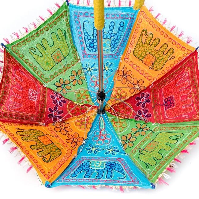 インド・ラジャスタンの刺繍傘- 直径65cm程度 花と波模様の写真9 - 紐で閉じます。
