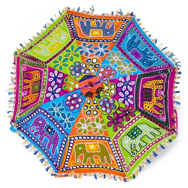 インド・ラジャスタンの刺繍傘- 直径70cm程度 象と花模様の写真2 - 真正面から見てみました。