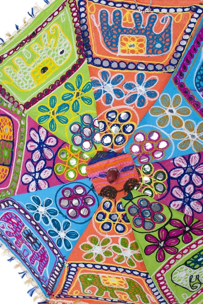 インド・ラジャスタンの刺繍傘- 直径70cm程度 象と花模様の写真3 - 中心部のアップです。