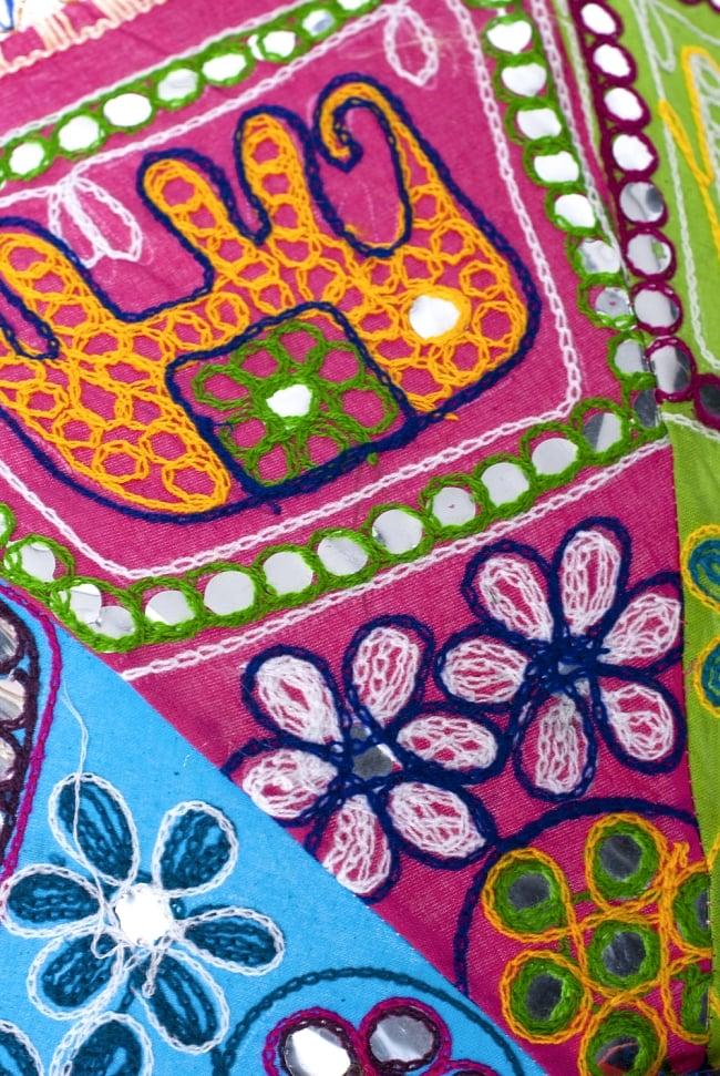 インド・ラジャスタンの刺繍傘- 直径70cm程度 象と花模様の写真4 - 刺繍のアップです。色とりどりで目を惹きます
