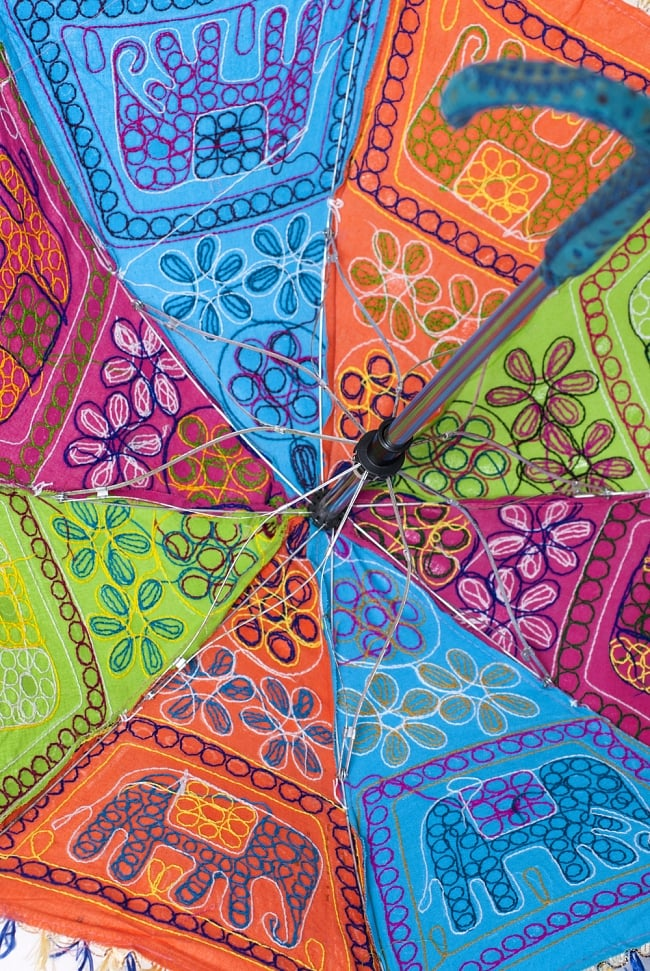 インド・ラジャスタンの刺繍傘- 直径70cm程度 象と花模様の写真7 - 内側の様子です。傘の骨も花びらのような形になっていてキュートです!