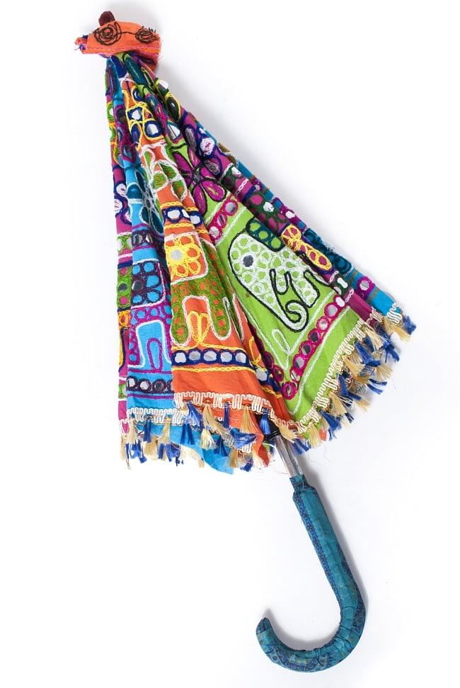 インド・ラジャスタンの刺繍傘- 直径70cm程度 象と花模様の写真8 - 折りたたんだ様子です。