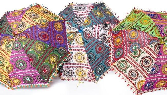 インド・ラジャスタンの刺繍傘- 直径80cm程度 花と波模様の写真10 - ハンドメイドのためカラーリングなどは1点ずつ異なります。