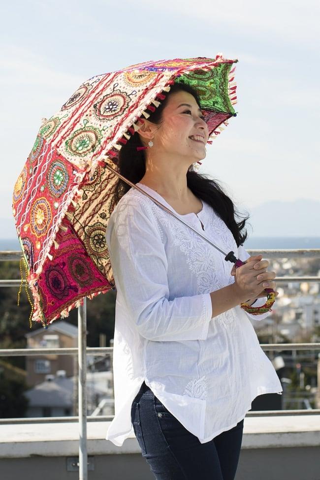 インド・ラジャスタンの刺繍傘- 直径80cm程度 花と波模様の写真11 - カラフルでキュートな傘です!