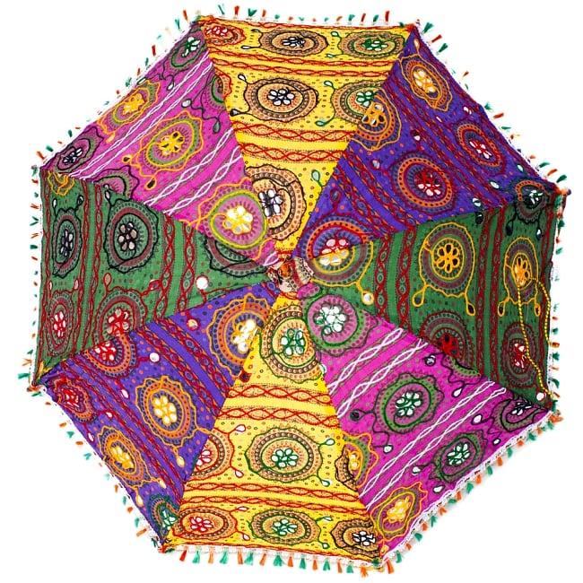 インド・ラジャスタンの刺繍傘- 直径80cm程度 花と波模様の写真2 - 真正面から見てみました。