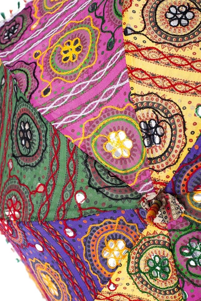 インド・ラジャスタンの刺繍傘- 直径80cm程度 花と波模様の写真3 - 中心部のアップです。