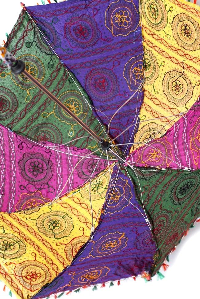 インド・ラジャスタンの刺繍傘- 直径80cm程度 花と波模様の写真7 - 内側の様子です。傘の骨も花びらのような形になっていてキュートです!