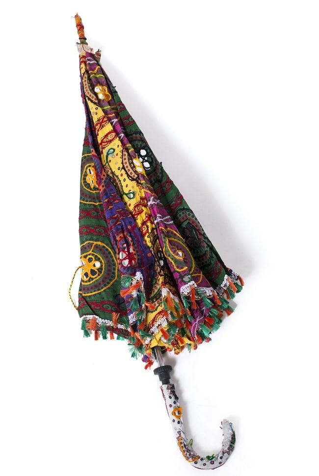 インド・ラジャスタンの刺繍傘- 直径80cm程度 花と波模様の写真8 - 折りたたんだ様子です。