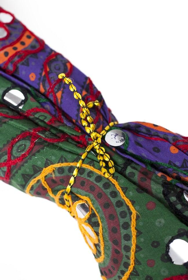 インド・ラジャスタンの刺繍傘- 直径80cm程度 花と波模様の写真9 - 紐で閉じます。