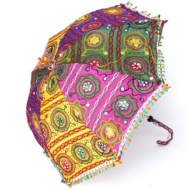 インド・ラジャスタンの刺繍傘- 直径80cm程度 花と波模様の写真