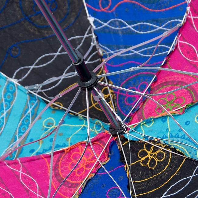 〔アソート〕インド・ラジャスタンの刺繍傘・日傘 - 直径60cm程度 10 - 傘の骨がお花みたいなデザインです