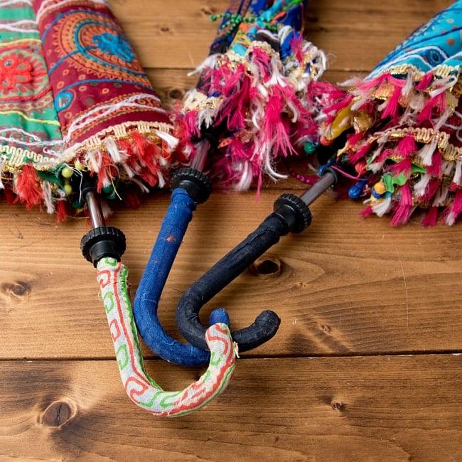 〔アソート〕インド・ラジャスタンの刺繍傘・日傘 - 直径60cm程度 14 - 持ちての部分もそれぞれデザインは異なっております。