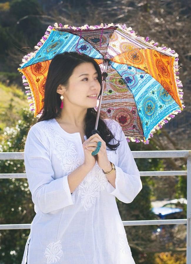 〔アソート〕インド・ラジャスタンの刺繍傘・日傘 - 直径60cm程度 2 - モデルさんの類似品使用例です