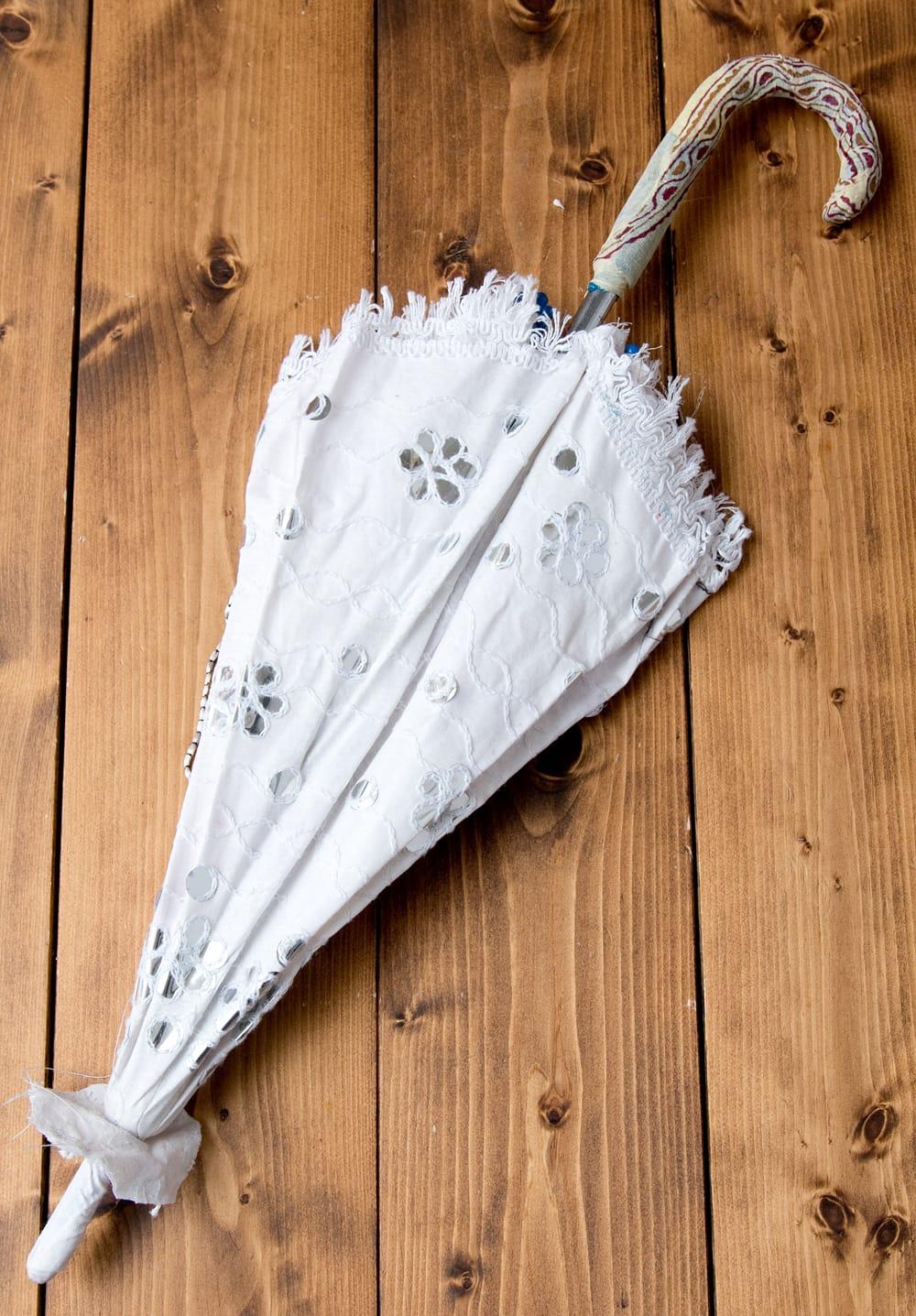 〔アソート〕インド・ラジャスタンのホワイト刺繍傘・日傘 - 直径65cm程度 10 - 折りたたんだところです