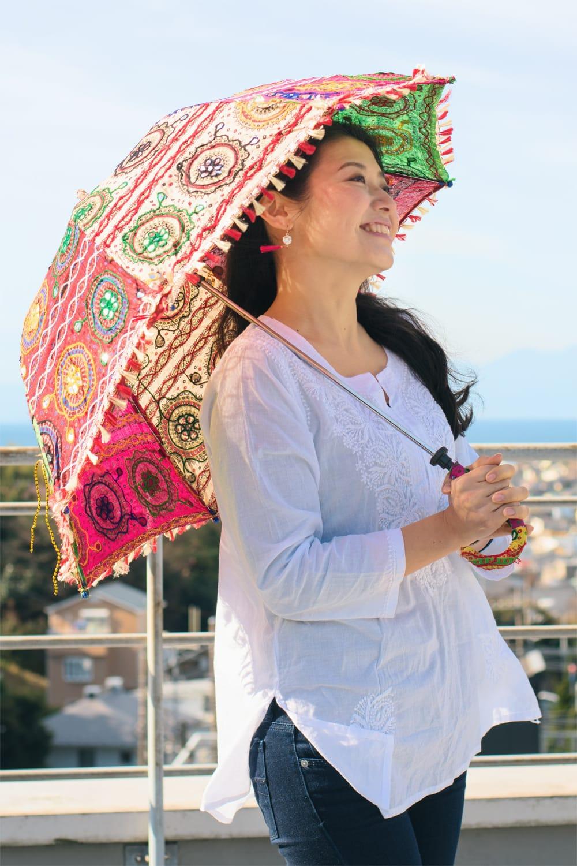 〔アソート〕インド・ラジャスタンのホワイト刺繍傘・日傘 - 直径65cm程度 12 - 類似サイズ品で、カラフルタイプのモデルさん使用例です。このくらいのサイズ感です。