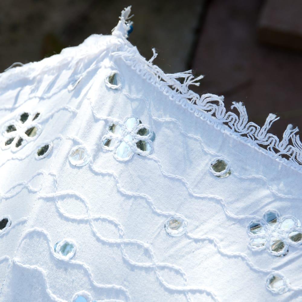 〔アソート〕インド・ラジャスタンのホワイト刺繍傘・日傘 - 直径65cm程度 3 - ミラーワークテイストのフィルムが埋め込まれていて、太陽の光を綺麗に反射します。
