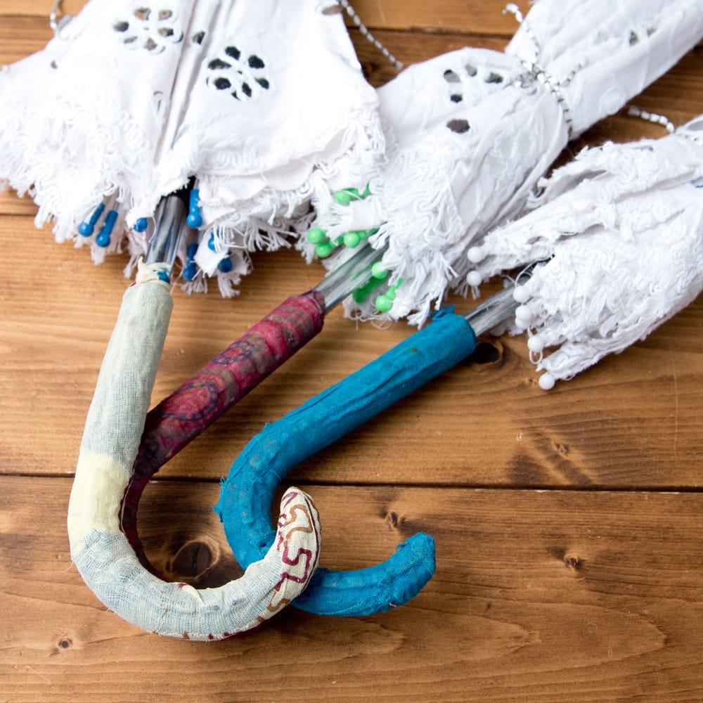 〔アソート〕インド・ラジャスタンのホワイト刺繍傘・日傘 - 直径65cm程度 9 - 手作りなので傘骨のキャップや持ち手は、それぞれデザインや色合いがことなります。当店で1本お選びしてランダムにお送りいたします。