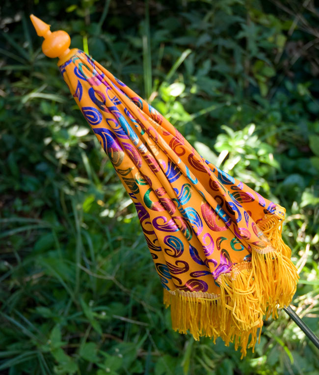 デコレーション用傘 - マルチカラー・黄色の写真4 - 傘は折りたたんでお送りします