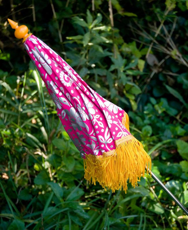 デコレーション用傘 - シルバー・紫の写真4 - 傘は折りたたんでお送りします