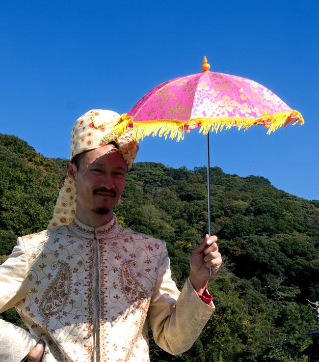 デコレーション用傘 - ゴールド・紫の写真5 - 実際に持ってみました。ちょっと小さ目のデコレーション傘なので、コスプレや仮装用のアクセントとしても便利にお使いいただけます
