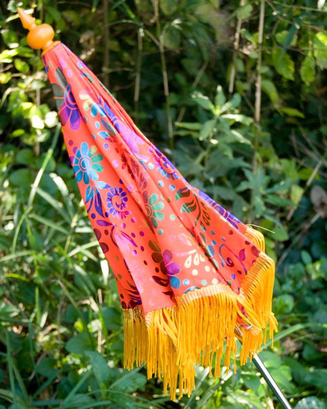 デコレーション用傘 - マルチカラー・オレンジの写真4 - 傘は折りたたんでお送りします