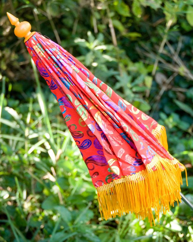 デコレーション用傘 - マルチカラー・赤の写真4 - 傘は折りたたんでお送りします