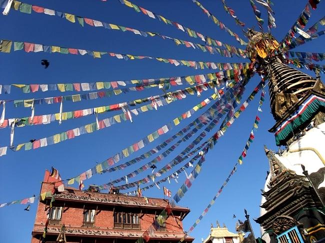 5色の縦型タルチョー【約160cm×50cm】 7 - 本場ネパールで実際に使われているところの写真です