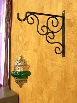 アイアンフック - お花 2 - 大きさが同じで、デザインが似た別のフックを壁に付けたときの写真です。
