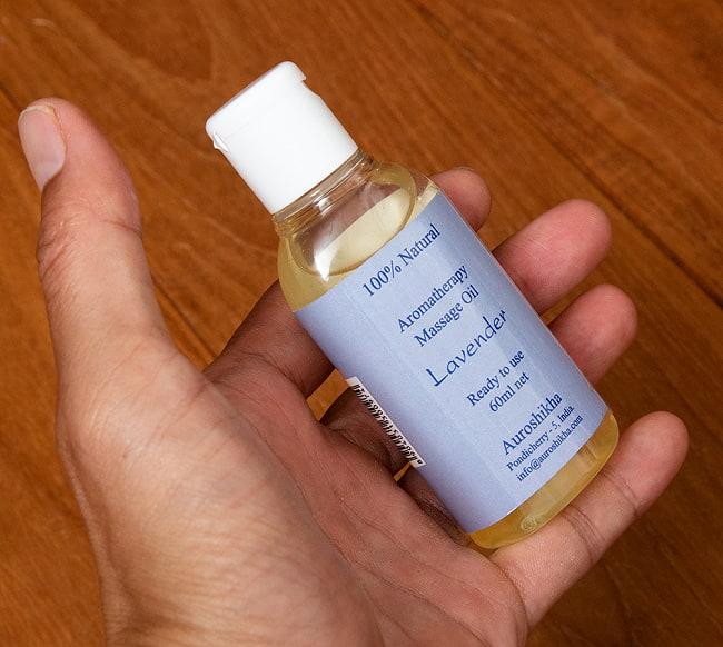 オウロシカ マッサージ オイル LV [ラベンダー Lavender 60ml] 5 - サイズ比較のために手に持ってみました